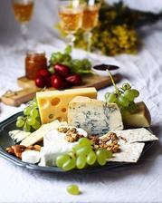 ..sýrový koutek s rybízovým chutney..