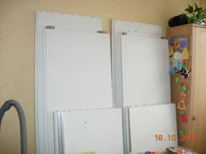 skříně do ložnice a pokojíčku čekají složené v kuchyni