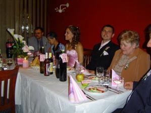 to som robila menovky na vínové flaše a na takom istom rožovo perleťovom papiery som robila aj menovky pre hostí,ktoré boli zapichnuté na jabĺčkach