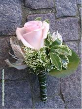 Pierko pre drahého len tá ruža bude trochu tmavšej farby.