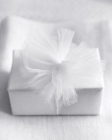 DIY návody a nápady - Mini pompoms ozdobí dárky pro hosty