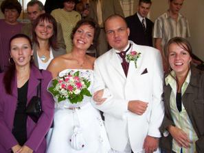 tak tady jsou ti dva šťastní manželé s kamarádkami