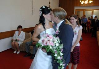 první novomanželská hubička :-*