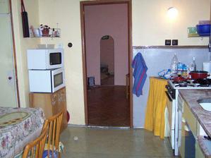 tak toto je stará kuchyň pohled k obýváku