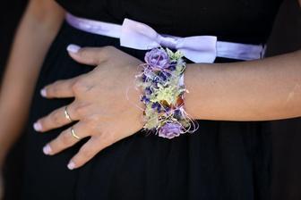 Takhle vyřesila kytičku na ruku paní květinářka - úžasný náramek.
