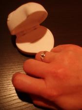 A tu je prstienok, ktorý som dostala vo Versailles.