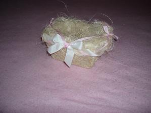 Vlastnoručne zhotovený košíček-na svadobné pierka.