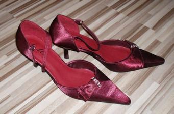 Popolnočné topánočky pre nevestu.