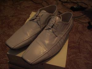 muzickove topanky k svetlemu obleku