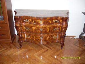 zreštaurovaná baroková komoda