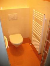 WC prízemie (Poľsko) kvalita čo ja viem. Niečo nám padlo na zem a hneď sa kúsok odštiepil