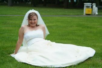 Sama si ležím na mokrej trávičke, hm mám tam pod sebou deku?