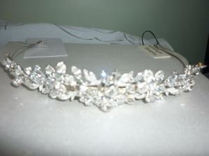 Beautiful tiara matches the dress perfectly