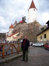 můj snoubenec před hradem, kde se bude konat naše svatba