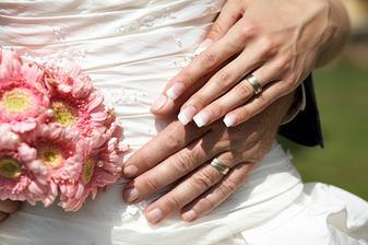 ruka ruku hladila, prstenem se odila