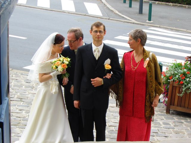 Zuzka{{_AND_}}Francois - cakame pred kostolikom