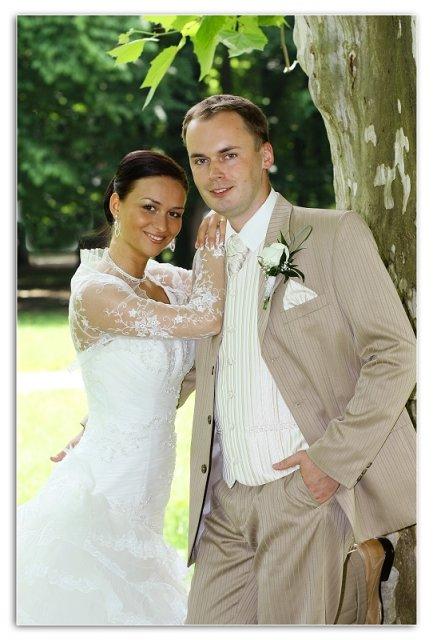 Ako to naozaj bolo.... - svadobný oblek...krémový, vesta so zlatým vzorom