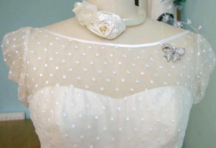 Naše malá puntíkovaná svatba - Takový vršek šatů bych chtěla (samozřejmě bez mašličky a obojku)