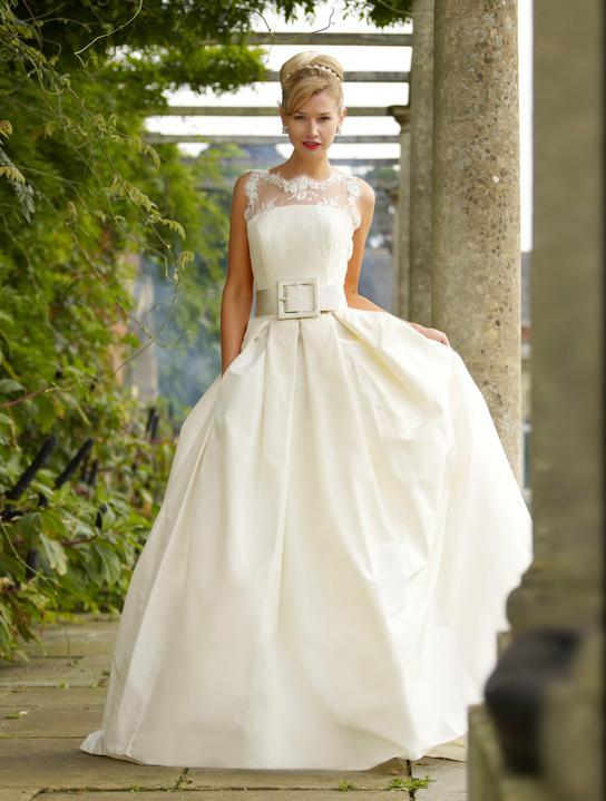 Naše malá puntíkovaná svatba - Podobný model budu mít, jen místo krajky puntíky a budou kratší.Tyhle šaty jsou od Stephanie Allin.