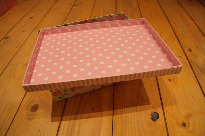 Naše malá puntíkovaná svatba - Otevřená krabička - koupili jsme ji právě kvůli polka dot vnitřku :)