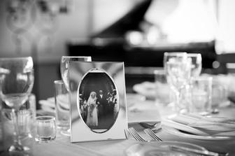 Stoleček se svatebními fotkami našich příbuzných - fotky už máme doma, jen to zpracovat...