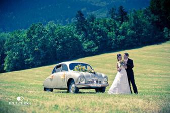 Stejné auto, Tatru 600, budeme mít i na naší svatbě. Tuto fotku pořídil Ondra Vala z Biláčerná, který nafotí i náš svatební den :)