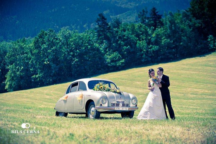 Naše malá puntíkovaná svatba - Stejné auto, Tatru 600, budeme mít i na naší svatbě. Tuto fotku pořídil Ondra Vala z Biláčerná, který nafotí i náš svatební den :)