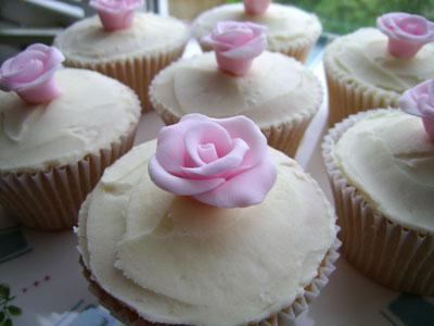 Naše malá puntíkovaná svatba - mini cup cakes - budeme taky péct, už jsem sehnala plechy i mini košíčky a udělat růžičky prý není až taková fuška :)