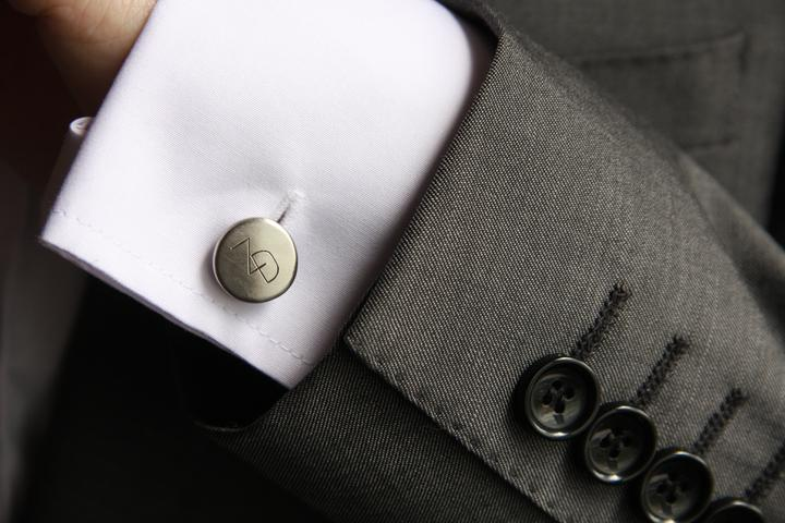Naše malá puntíkovaná svatba - Ručně kované manžetové knoflíčky s našimi iniciály :)