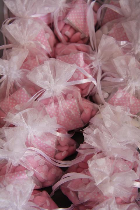 Naše malá puntíkovaná svatba - pytlíčky s čokoládovými srdíčky pro večerní hosty