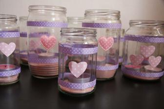 sklenice od zavařenin nastříkám ledovými květy, hrdlo ovážu stuhou a dovnitř samozřejmě vložím svíčku...romantika :-)