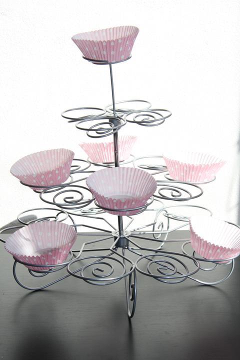Naše malá puntíkovaná svatba - stojan na muffiny :)) košíčky i stojan objednán z ebay .)