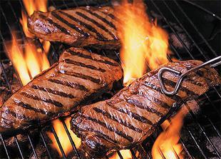 Součástí večerního rautu bude i maso na grilu