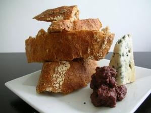 Čerstvý sýr s olivovým tapenade jako mezichod