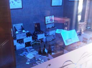 Místnost s vínem při vstupu do restaurace (za prosklenou zdí)