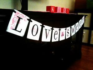 """Nápis """"Láska je sladká"""" v černo/bílo/stříbrném vydání zkusím vyrobit nad stoly se sladkým bufetem"""