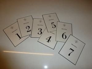 Foto bídné, ale kartičky s čísly stolů jsou na světě :)