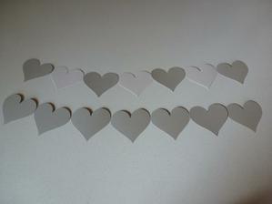 Polotovar rekvizity k focení - srdíčka jsou ze stříbrného/bílého perleťového papíru