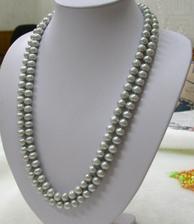 Před kadeřnicí jsem konečně sehnala náhrdelník pro maminku - tmavě stříbrný, nebude dvojitě otočený, ale bude splývavě dolů