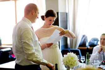 Studujeme jeden ze svatebních darů...letenky