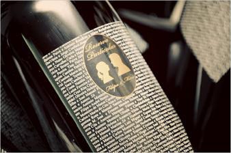 Etiketa na láhvi vína se jmény všech hostů (každá rodina dostane při odchodu)