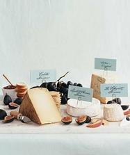 Část večerního rautu by mohla být sýrová...líbí se mi popisky sýrů (byly by ve stříbrném)