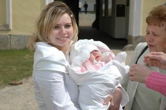 sestra nevěsty s nejmenší svatebčanku Ellinkou (2 a půl měsíce)