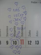 Hrala som sa s kalendárom .)