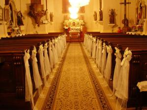 kostol,mali sme aj stoličky s návlekmi,len tie vyložili neskôr,lebo bol ešte jeden sobáš pred nami
