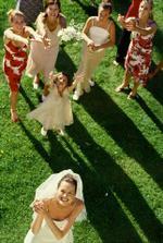 Házení kytice - pokud je na svatbě dostatek kamarádek co by se rádo vdávalo, tak proč ne.