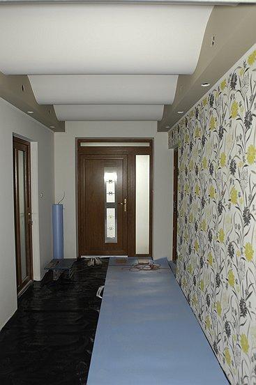 Vnutro domu.......pomaly dokoncujeme - predsien-pokladka podlahy