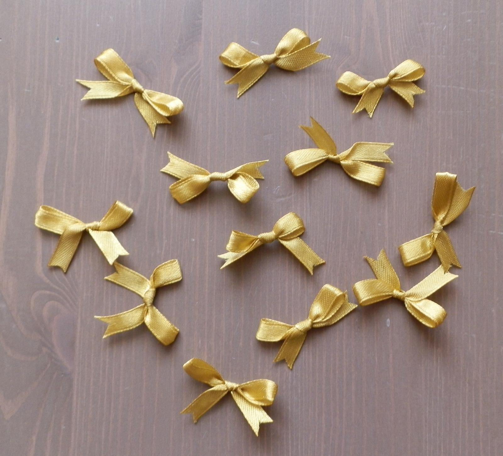zlaté a cyklamenove stuhy - mašličky - Obrázok č. 1
