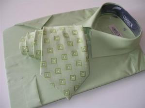 Takovouhle košily (jiná značka) a podobnou kravatu už máme doma...