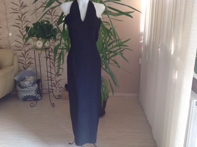 Čierne dlhé šaty s plastickým vzorom  - Obrázok č. 1